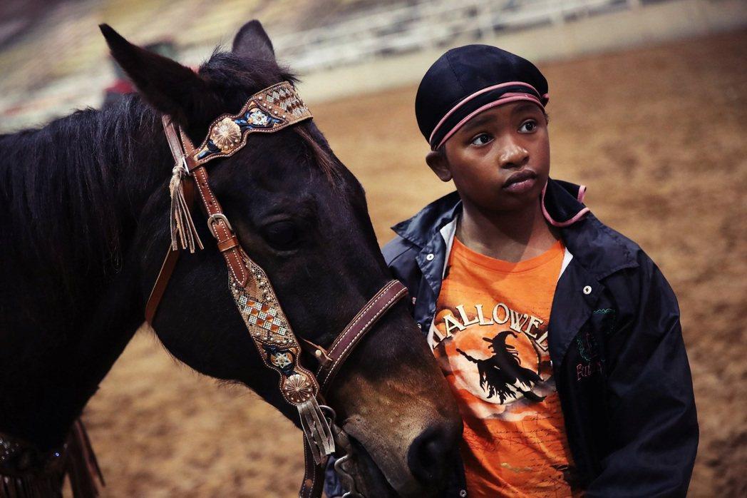 百年前的黑人祖先在馬背上找到自由的出路,如今馬背上的現代黑人牛仔們,同樣也要秉持...