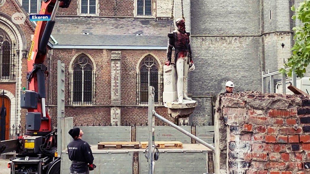 安特衛普的利奧波德二世雕像,9日遭市政府以安全為由移除。 圖/法新社