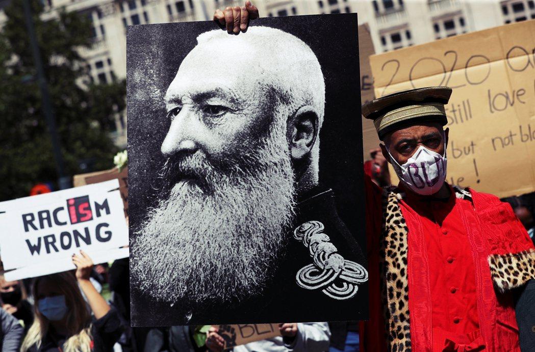 圖為近期抗議利奧波德二世的暴行,讓他不該再成為該被尊奉的「偉人」雕像,並譴責他的...