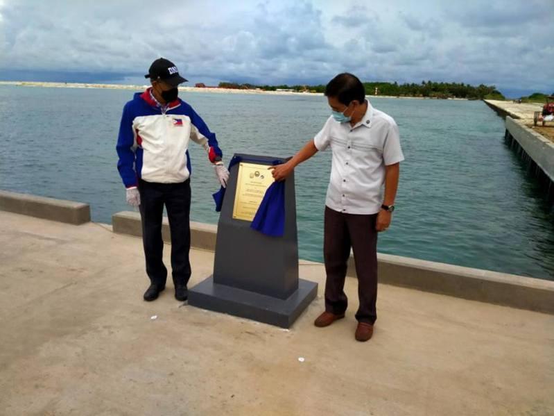 菲律宾国防部长洛伦扎纳(左)主持海滩堤岸启用仪式。 图撷自twitter