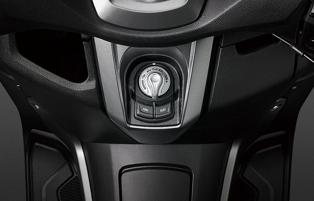 Yamaha NMAX 155採用同「XMAX 300」的免鑰匙開關,並追加貼心...