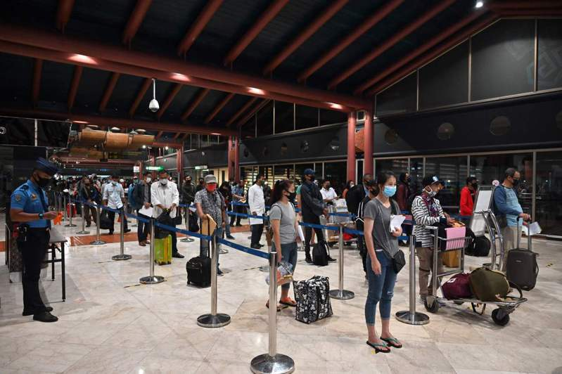 印尼民眾4日在雅加達機場大排長龍等待文件檢查。法新社