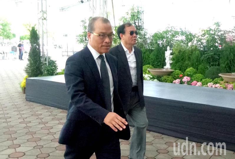 葉匡時(左)今天上午到高雄市立殯儀館,向議長許崑源「道別」。記者林保光/攝影