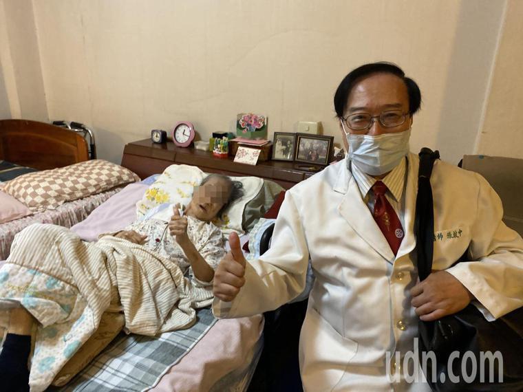 林姓阿嬤(左)感謝醫師張啟中(右)「往診」,細心診療,開心豎起大拇指比「讚」。記...