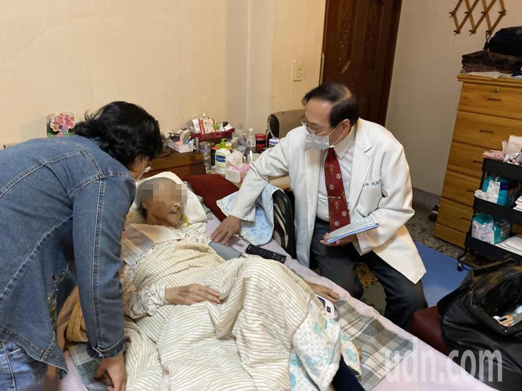 醫師張啟中(右)利用中午休息時段「往診」,為94歲林姓阿嬤(中)看診。記者趙容萱...