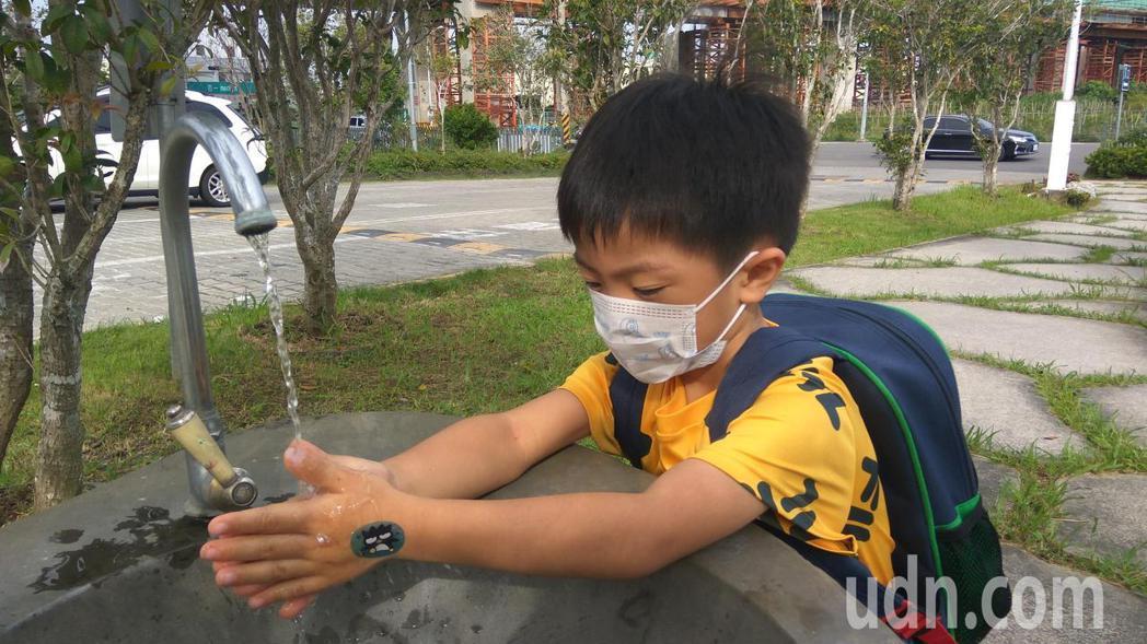 避免感染腸病毒,應好好保持戴口罩、用肥皂勤洗手習慣。記者余采瀅/攝影