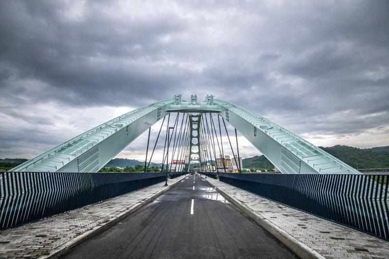 綠美橋完工後改成藍白色,一開始有市民不習慣,但越來越多人認為藍白色配色相當自然。圖/南投縣政府提供