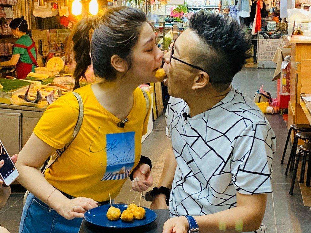 沈王琳和白家綺嘴對嘴玩遊戲。民視提供