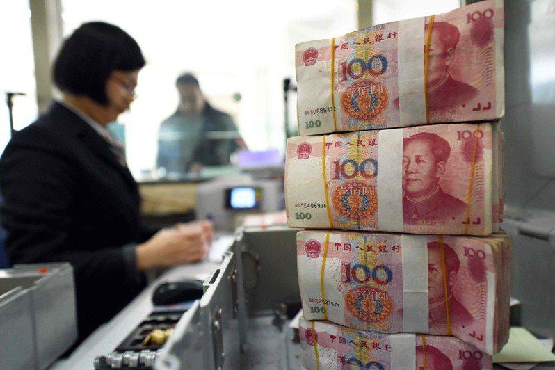 大陸央行宣布,提取、存入超過人民幣10萬元,必須辦理登記。法新社