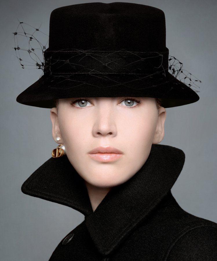DIOR帽飾設計師Stephen Jones早秋設計了優雅迷人的帽款。圖/DIO...