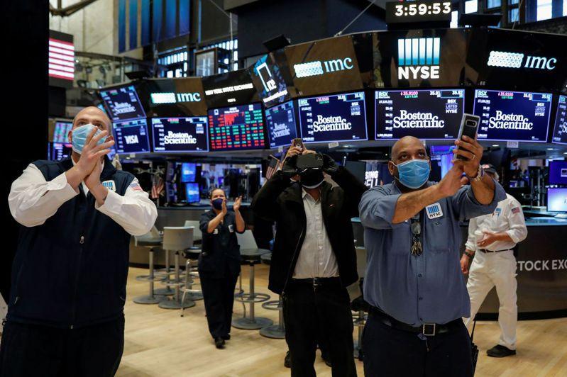 從逆勢操作者的角度來看,美股近期漲勢已過熱,在做多氣氛升到極致後,股價回跌並不令人訝異。路透