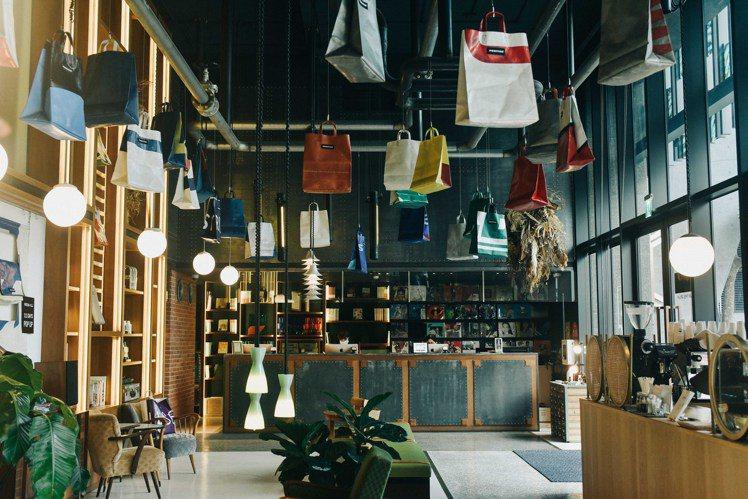 FREITAG結合友愛街旅館獨特設計風格,將天花板掛滿色彩斑斕的FREITAG ...