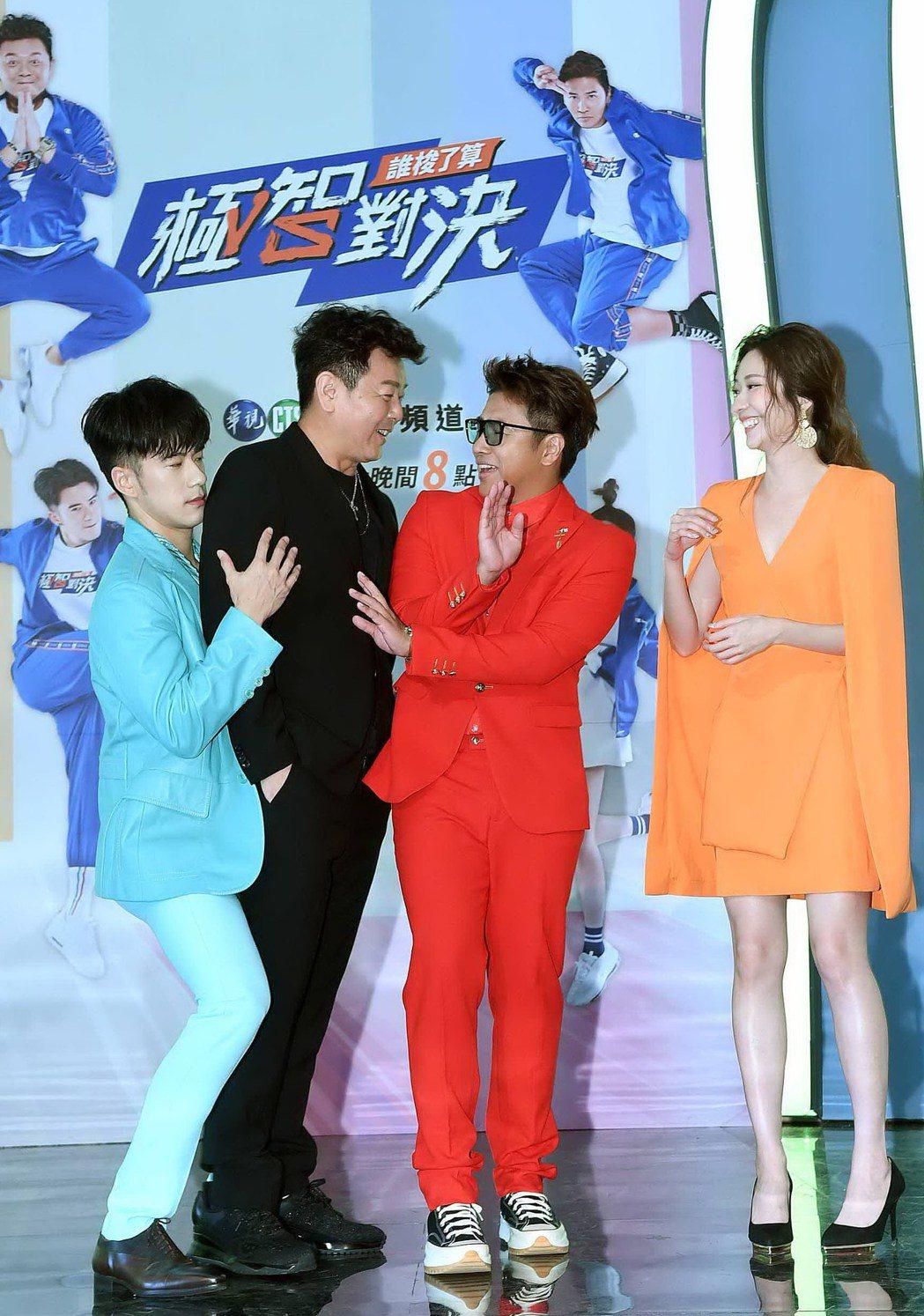 歐弟(右二)多年沒主持台灣節目,重返舞台跟庹宗康(左二)、紀言愷(左一)和張景嵐...