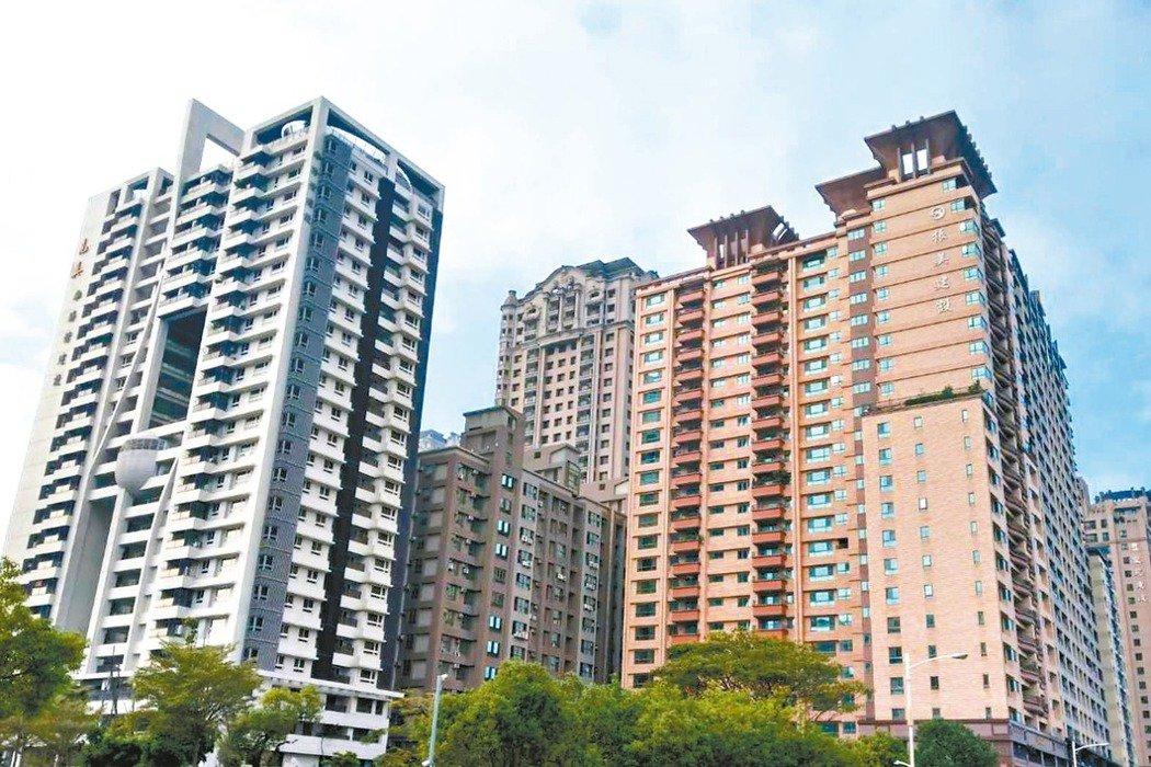 一名網友PO文提到,自己最近要買一間總共26層樓高大樓中的第14樓,其中一面窗包...