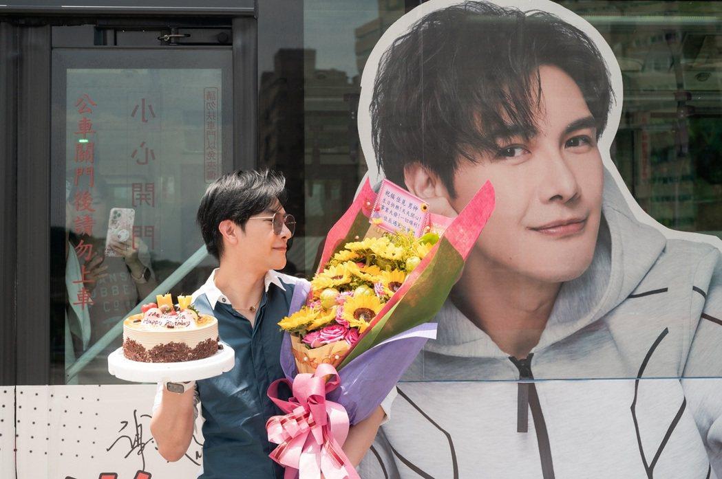 謝佳見在應援公車前收到粉絲送的花束與蛋糕,十分感動。圖/藝和創藝提供