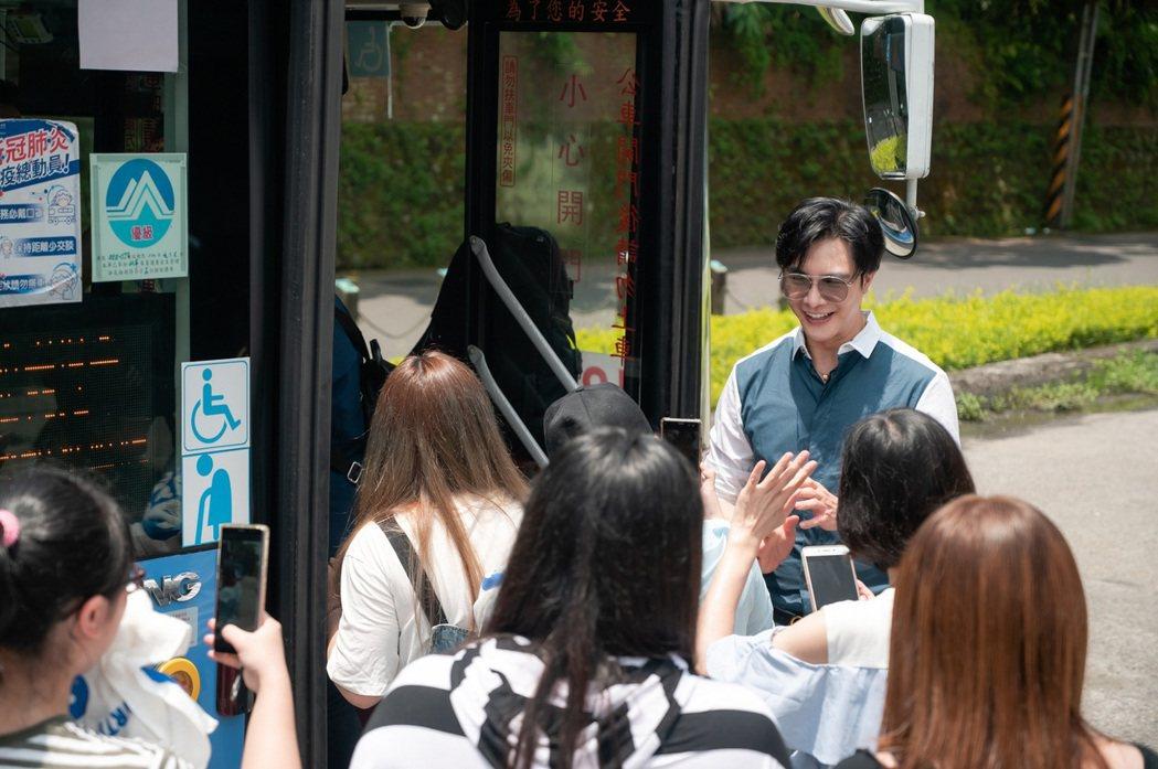 謝佳見扮演公車長,和粉絲一同搭上應援公車往市區前進。圖/藝和創藝提供