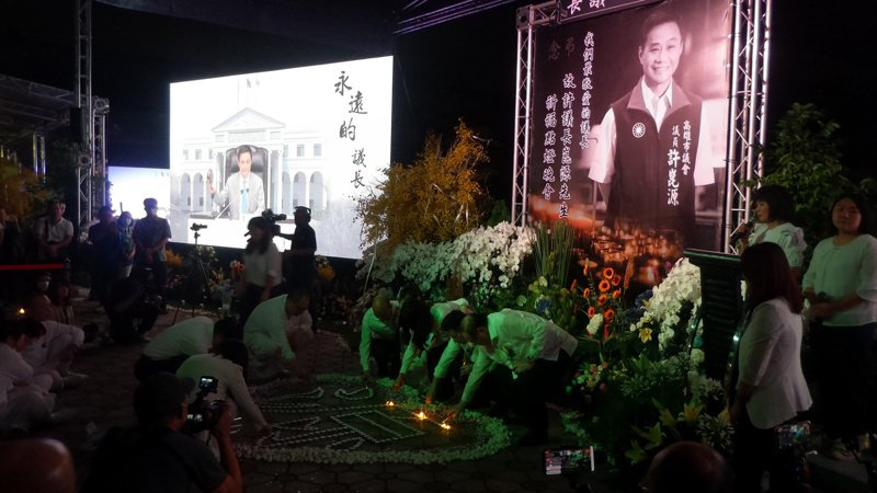 許崑源追思晚會,眾人為他點燈祈福。記者林保光/攝影