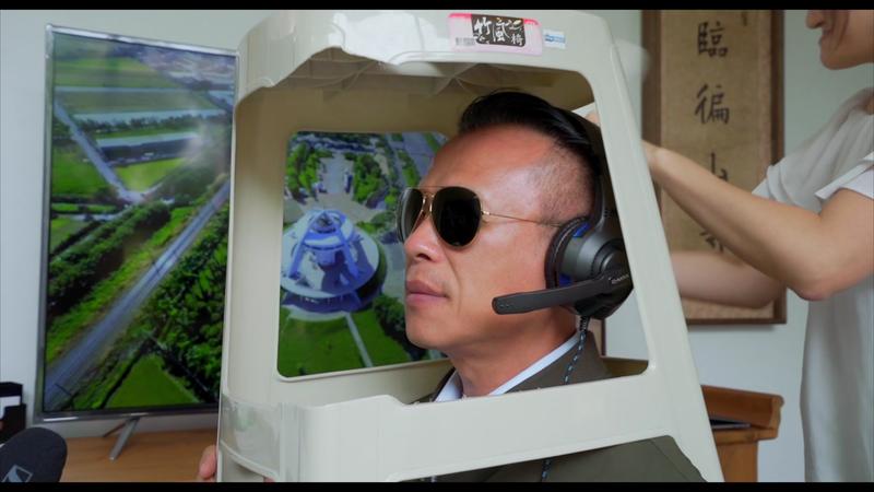 嘉義縣長翁章梁宣傳日環食觀光旅遊,再推出影片「觀日計畫」,拿塑膠椅扮演開直升機的空軍,笑翻一大票網友。圖/縣府提供