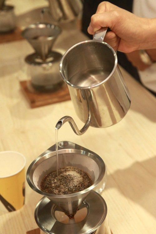 手沖咖啡時要先悶蒸,讓咖啡呼吸才能掌握迷人的風味,也避開因為二氧化碳造成的酸味。...
