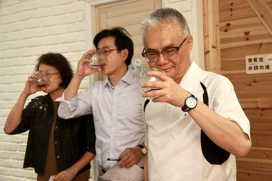 從盛展實業退休的Jenny(左起)、飛利浦資深工程師Joss以及太平洋證券副總M...