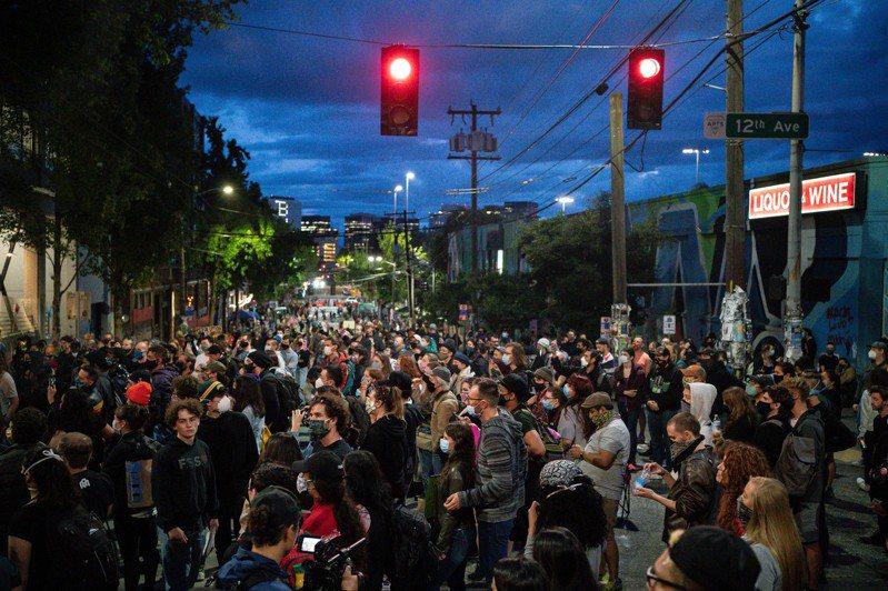 西雅圖示威者占據街區,聲稱成立「自治區」。川普連續推文指:「國內恐怖分子已霸占西雅圖」,指華盛頓州州長、西雅圖市長都「被人玩弄」,要求「趕快把你們的城市搶回來」。(法新社)