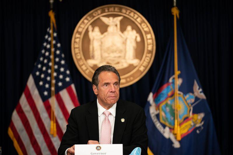 美國紐約州長古莫今天簽署一系列新法規,目的在終結警方對非裔人士執法過當情況,其中包括禁止鎖喉。 法新社