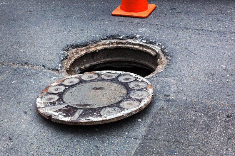 原PO好奇為何人孔蓋多設置在機慢車道。圖片來源/ingimage