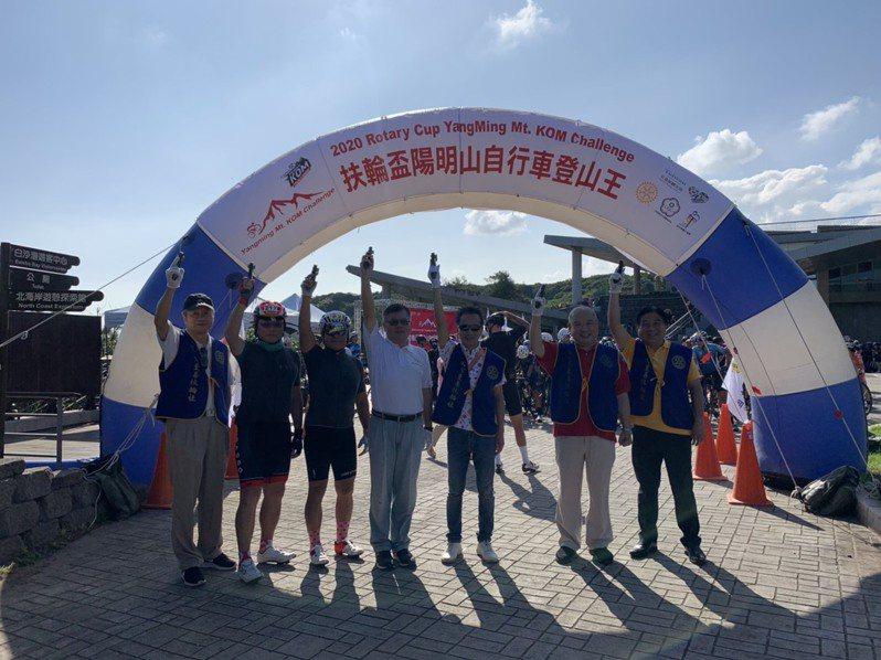 中華奧會全民運動蔡家福主委(白衣者)出席鳴槍。 主辦單位提供