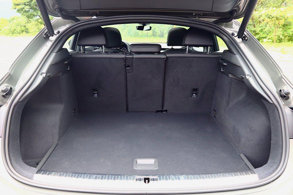 雖然車頂線條更運動化,但後行李廂仍有基本530L;後座打平1,400L的不俗置物...
