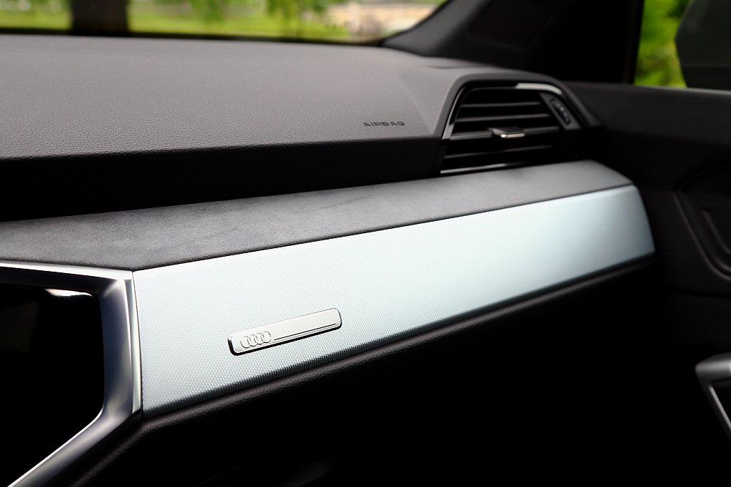 S line車型多了Alcantara麂皮車室套件,分佈於前控台、內車門等處,再...