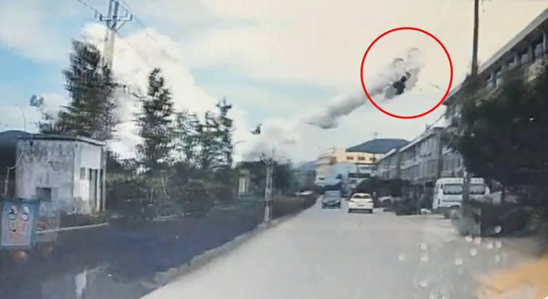 一輛疑似私家車的物體從爆炸中心彈出,在空中飛過。圖/影片截圖