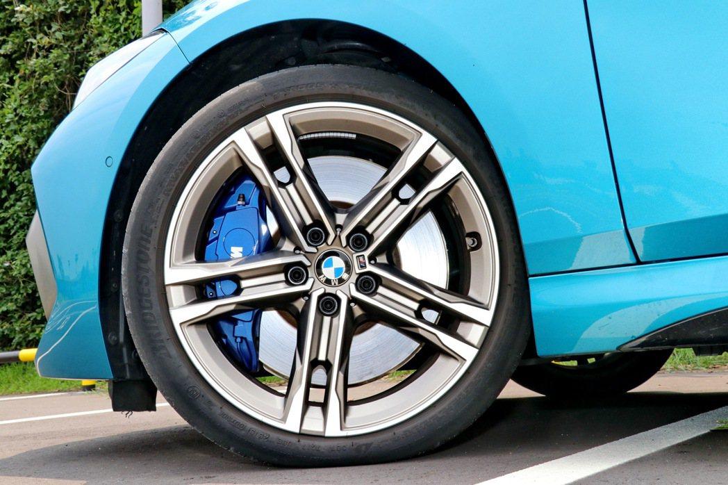 M235i車型足下蹬著18吋五輻雙肋輪圈,整體造型顯得更為動感跑格。 記者陳威任...