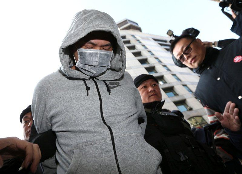 警方運用M化車偵蒐行之有年,2015年西門町雙屍命案犯嫌陳福祥(左)在睡夢中落網。圖/聯合報系資料照片