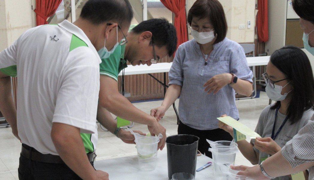 台南市新營區公所教導民眾自製誘捕桶。圖/公所提供
