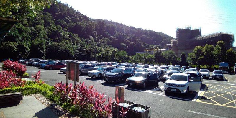 礁溪鄉五峰旗風景區停車場今天上午9點10分已經客滿,縣政府啟動總量管制。圖/宜蘭縣政府提供
