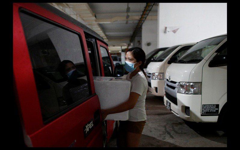 新冠肺炎期間,馬來西亞媽媽在新加坡志工團體協助下,把擠好並冰存的母乳,透過物流業協助送回馬來西亞給孩子。 路透
