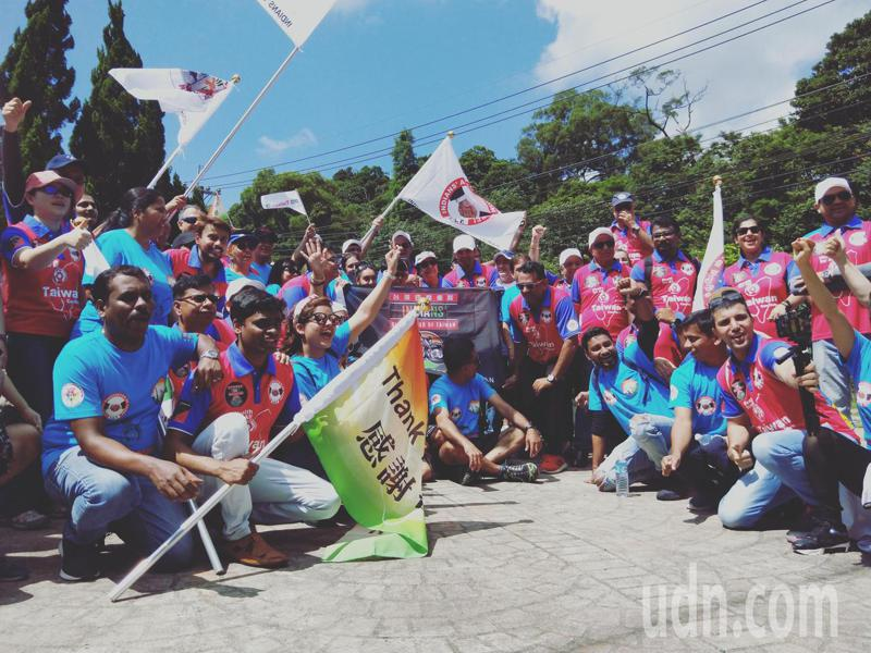 印度騎士們出發前集合拍照,大喊「謝謝台灣」、「印度加油」,歡呼後出發。記者施鴻基/攝影