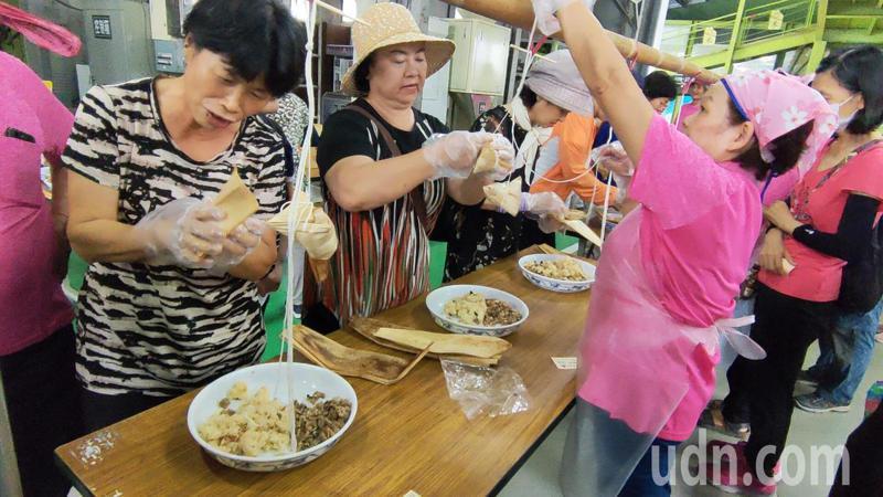 台東縣關山德高社區今天上午辦包粽比賽,推廣特色美食,吸引許多民眾及遊客報名參加。記者羅紹平/攝影