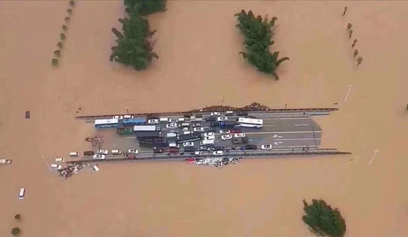 陽朔的甲秀橋上擠滿避難車輛,有人稱「中國第三艘航空母艦下水」。 圖/取自網路照片