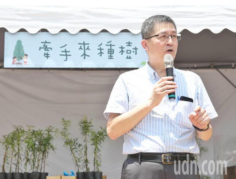 聯合報願景工程執行長羅國俊在「牽手種樹嘉年華活動」中,教大家如何關心生態環境。記...