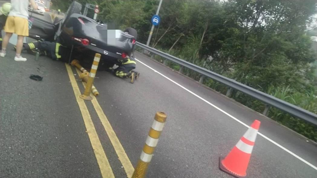國道5號南向14.7公里坪林出口匝道今天上午發生一輛汽車自撞護欄後,四輪朝天的翻...