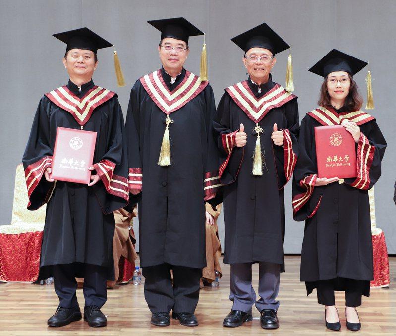 南華大學畢業典禮,博士班畢業生授證,許崑峯(左起)、吳萬益副校長、林聰明校長、越南籍阮慶雲。圖/南華大學提供