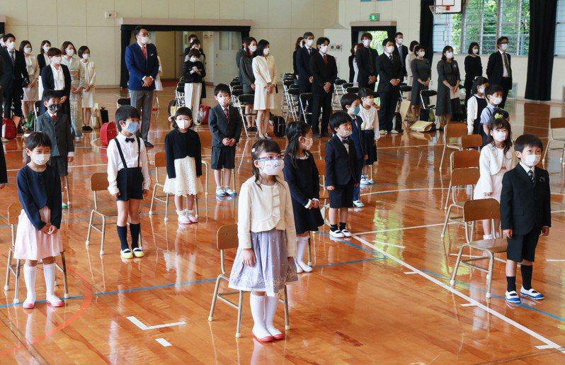 受疫情影響,今年5月日本福岡一所小學的新生入學式,座位保守一定的距離。 法新社