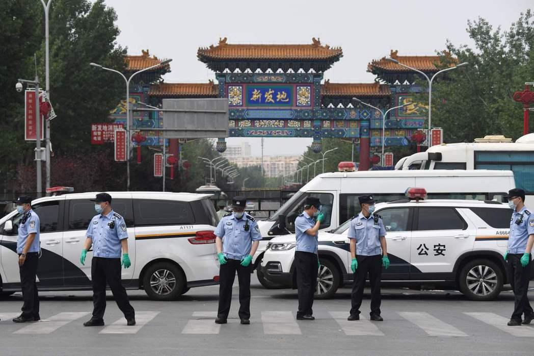 在傳出新冠肺炎疫情後,新發地市場已經關閉,北京並派出大批公安封鎖出入口。(法新社...