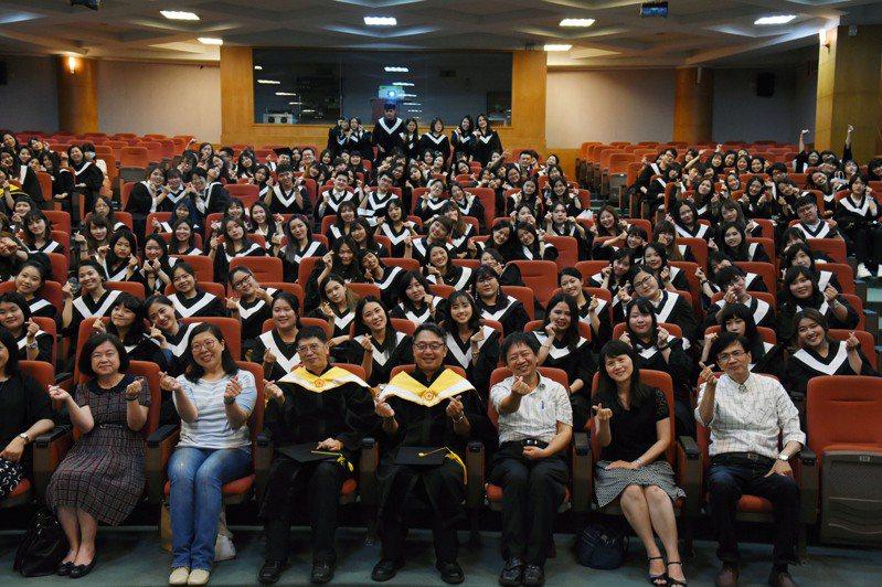 嘉南藥理大學化妝品系自辦畢業典禮。圖/校方提供