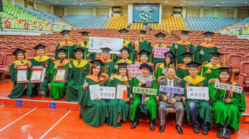 崑大今年碩、博士畢業生全獲得「創(就)業助學金」,畢業生代表與師長合影。圖/校方提供