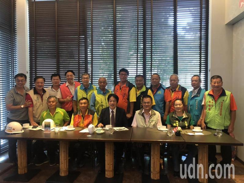 副總統賴清德(第一排中)今天到帕莎蒂娜台南市長官邸餐廳,邀請參與「有情有疼心ㄟ厝」計畫的志工分享修繕心得。圖/台南市勞工局提供