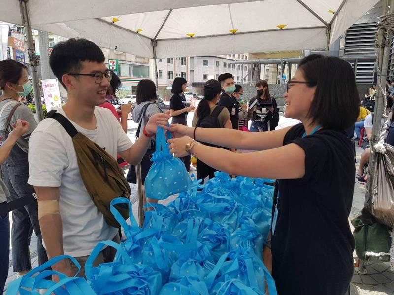 愛康生技於今(13)日新竹巨城購物中心,舉辦「愛康血液專車」活動,號召粉絲一同挽袖捐血。業者/提供