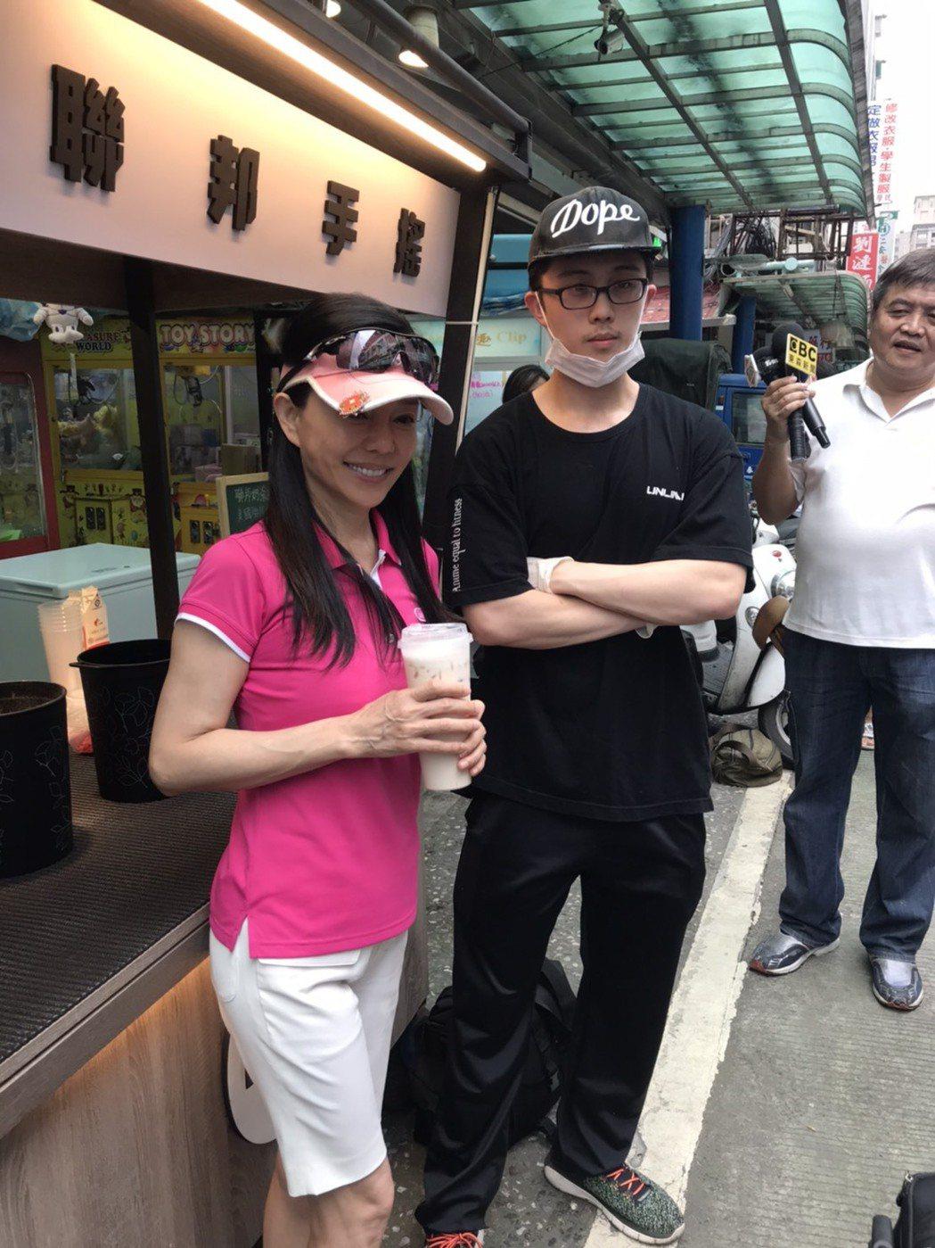 孫安佐(右)開手搖飲攤,媽媽狄鶯站台。記者陳慧貞/攝影