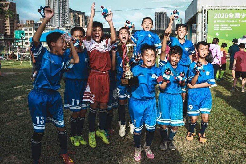 台東市豐里國小足球隊昨天勇奪今年全國少年盃足球賽國小五年級組冠軍。圖/豐里國小提供
